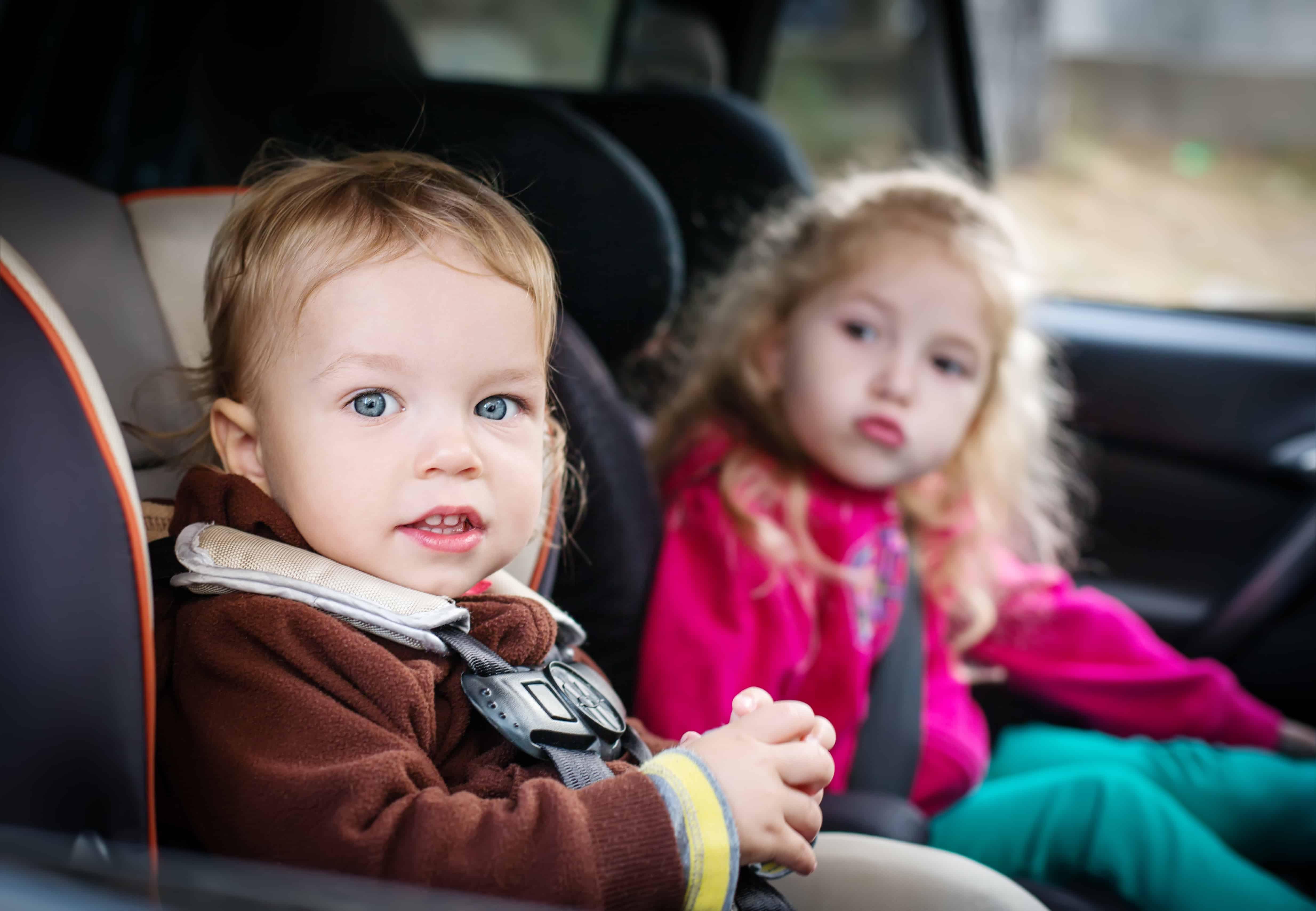 To børn, der sidder i en bil.