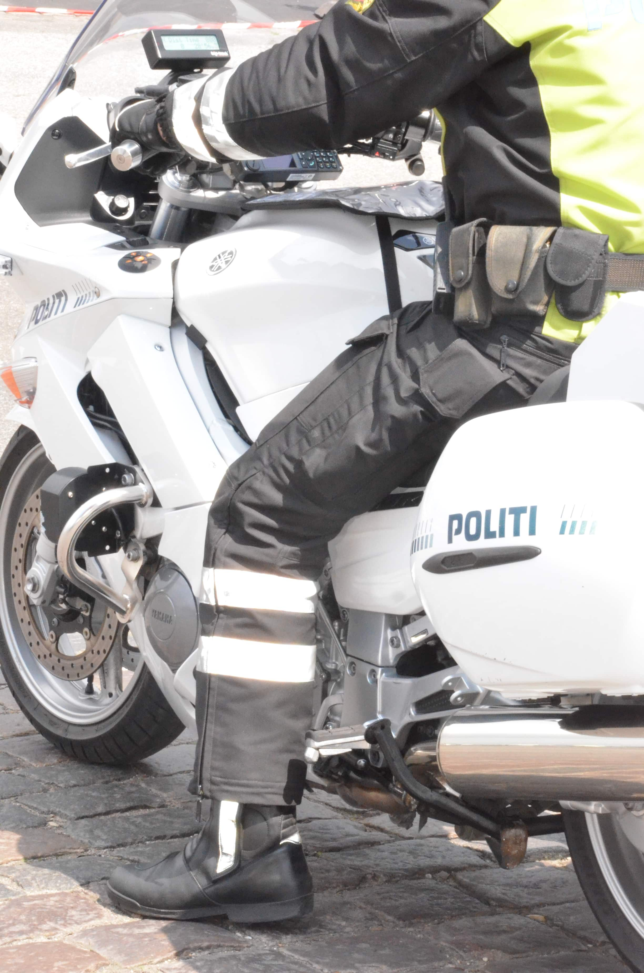 En politbetjent på en motorcykel.