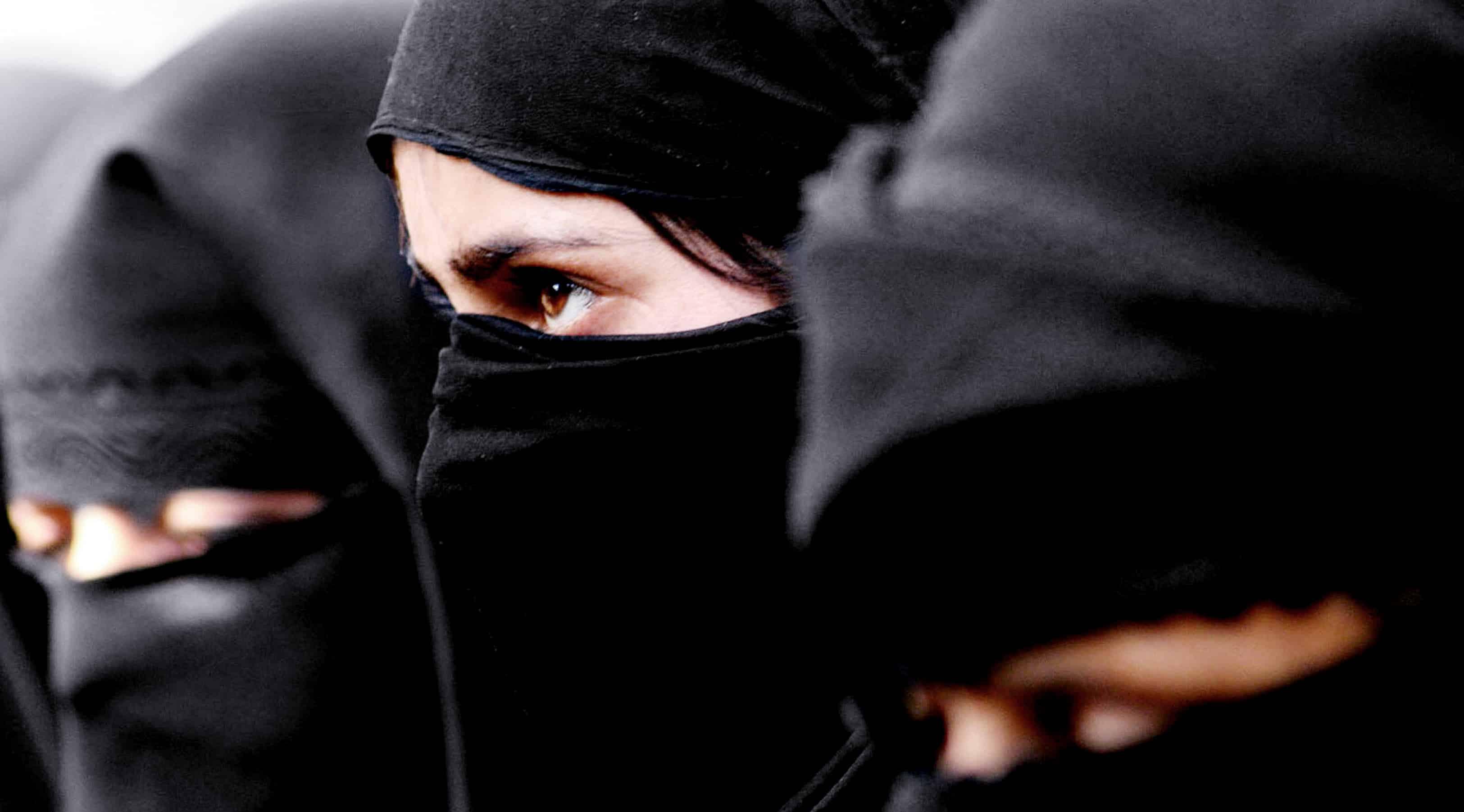En kvinde, som har et tørklæde på.