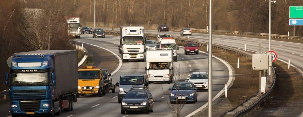 En trafikeret motorvej